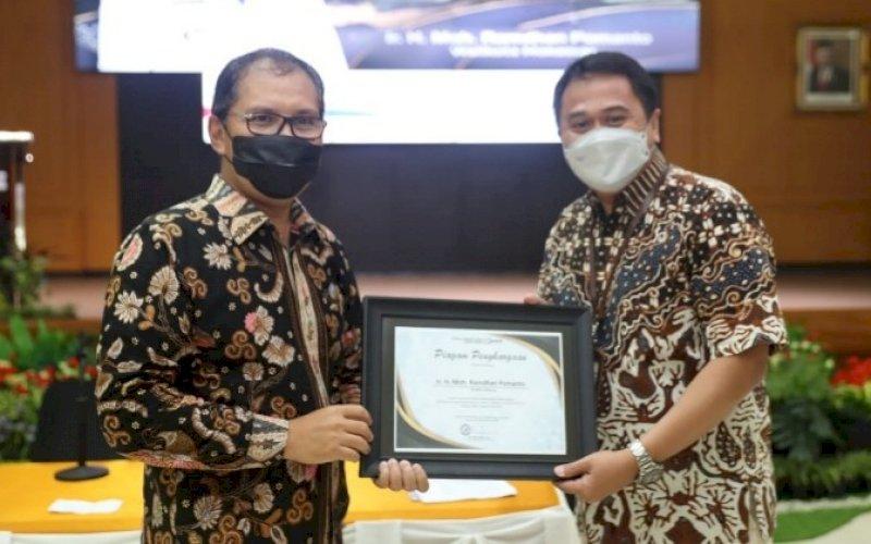TERIMA PIAGAM. Wali Kota Makassar, Moh Ramdhan Pomanto (kiri), menerima piagam penghargaan usai membagikan ilmu kepemimpinan di hadapan 64 peserta Latpim Nasional Tingkat II Angkatan IX yang diadakan Puslatbang KMP LAN RI di LAN Antang, Kota Makassar, Sabtu (29/5/2021). foto: humas pemkot makassar