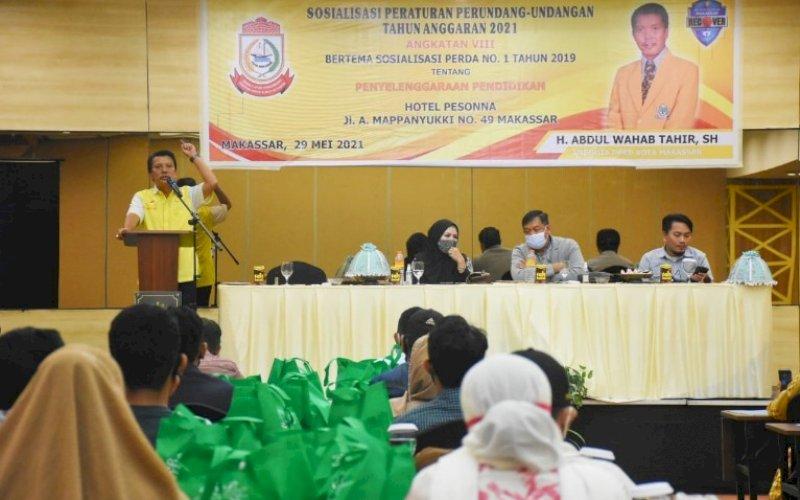SOSIALISASI PERDA. Anggota DPRD Makassar, Abd Wahab Tahir, menggelar sosialisasi Perda nomor 1 tahun 2019 tentang Penyelenggaraan Pendidikan di Hotel Pesonna Makassar, Sabtu (29/5/2021). foto: istimewa