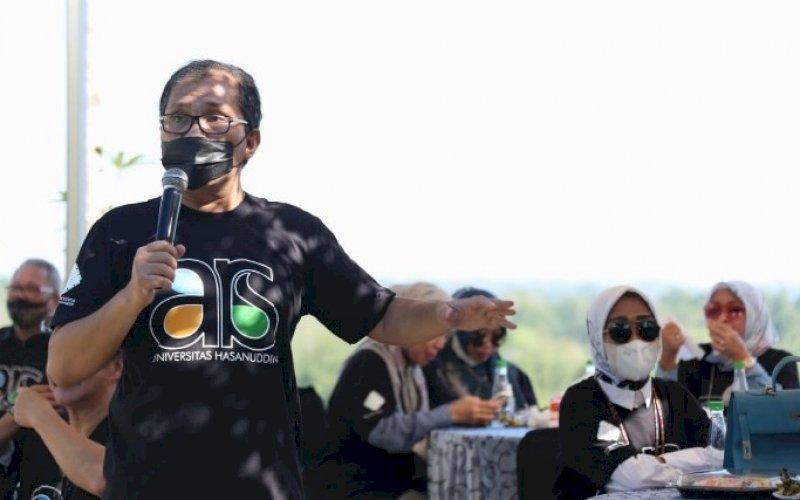 SILATURAHMI. Wali Kota Makassar, Moh Ramdhan Pomanto, yang juga sebagai Ketua IKA Teknik Arsitektur Unhas, memberikan sambutan pada silaturahmi IKATEK Unhas Makassar di Villa Tokka, Kabupaten Maros, Minggu (30/5/2021). foto: humas pemkot makasssar