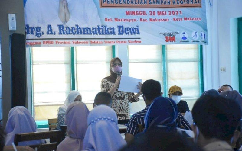KONSULTASI PUBLIK. Anggota DPRD Sulsel, Andi Rachmatika Dewi, menggelar konsultasi publik di Warkop Papa Ong, Minggu (30/5/2021). foto: istimewa