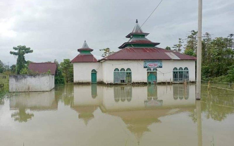 BANJIR. Banjir merendam masjid di Desa Lembang-lembang, Kecamatan Baebunta Selatan, yang terjadi sejak 16 Mei 2021. foto: humas pemprov sulsel