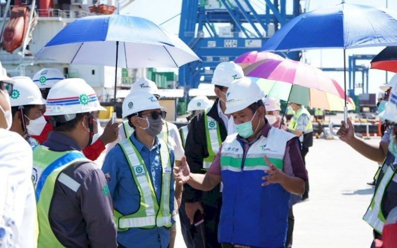 KUNJUNGAN. Deputi Bidang Koordinasi Infrastruktur dan Transportasi Kemenko Marves, Ayodhia GL Kalake, saat mengunjungi Makassar New Port (MNP), akhir pekan lalu. foto: humas pelindo IV