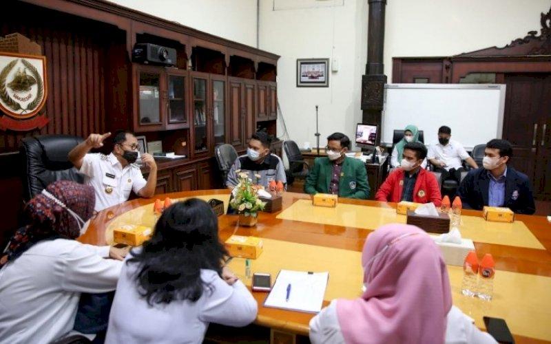 SILATURAHMI. Wali Kota Makassar Moh Ramdhan Pomanto menerima kunjungan silaturahmi Ikatan Senat Mahasiswa Kedokteran Indonesia (ISMKI) wilayah IV di Kantor Balai Kota Makassar, Rabu (2/6/2021). foto: humas pemkot makassar