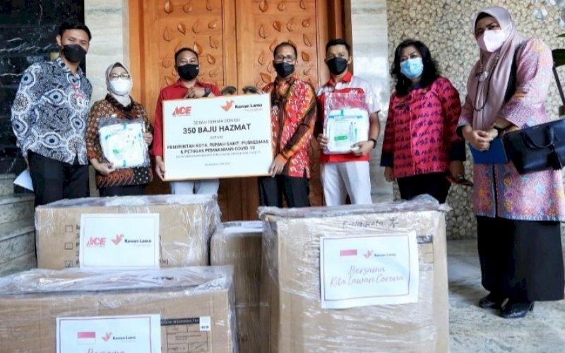 BANTUAN. Wali Kota Makassar, Moh Ramdhan Pomanto, menerima bantuan baju hazmat dari manajemen PT Ace Hardware Indonesia di rumah pribadinya, Jl Amirullah, Kota Makassar, Kamis (3/6/2021). foto: humas pemkot makassar