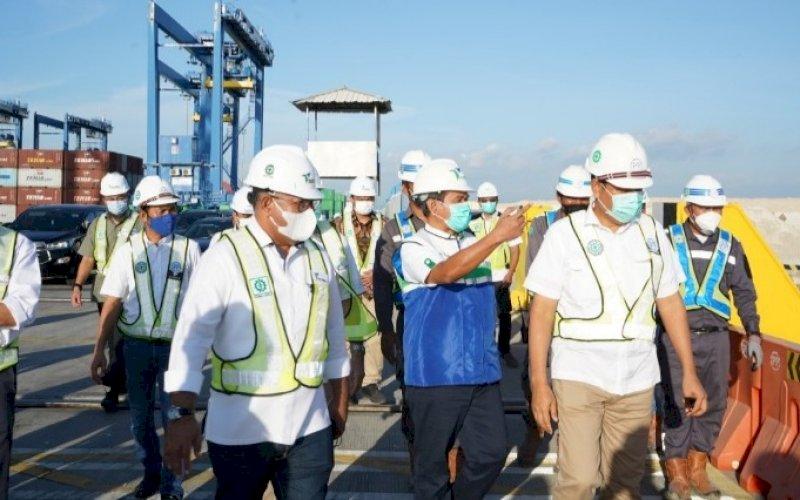 KUNJUNGAN. Deputi I KSP bidang Infrastruktur, Energi dan Investasi, Febry Calvin Tetelepta, mengunjungi Makassar New Port, Kamis (3/6/2021). foto: humas pelindo IV