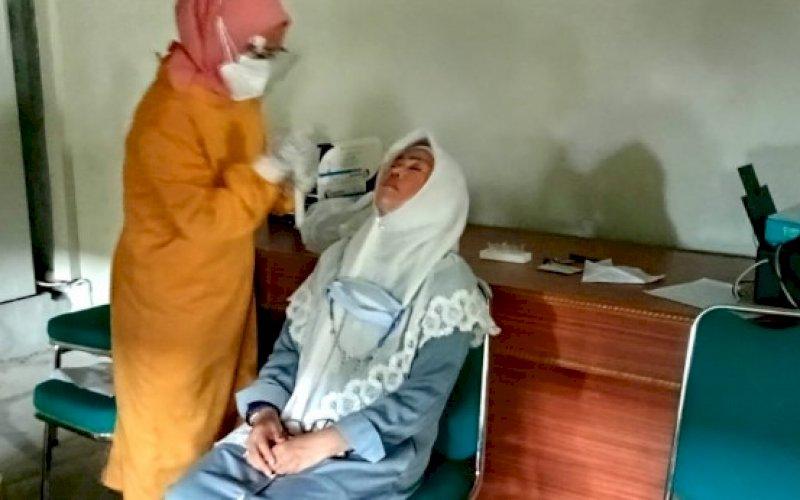 RAPID TEST. Rektor UIM, DR Hj Andi Majdah M Zain MSi, melakukan rapid test, Jumat (4/6/2021). foto: humas uim