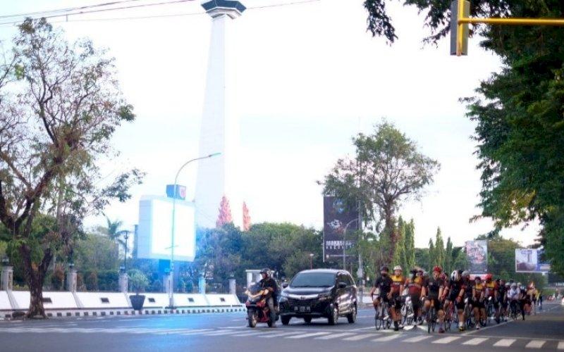 TERTIB BERSEPEDA. Memperingati Hari Sepeda Sedunia atau World Bicycle Day setiap 3 Juni, gabungan dari lintas komunitas sepeda Makassar menggelar gowes bareng dengan mengampanyekan tertib berlalu lintas di jalan, Sabtu (5/6/2021). foto: humas mcc