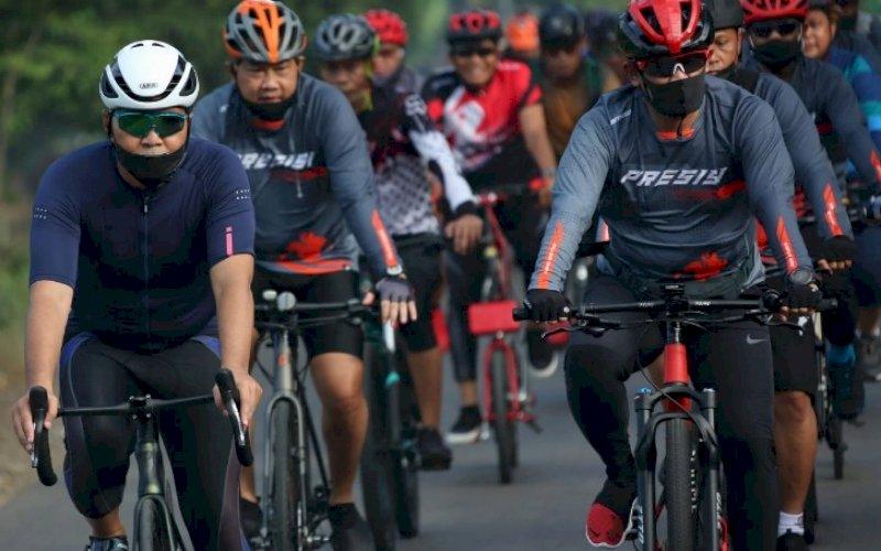 SEPEDA SANTAI. Wali Kota Makassar, Moh Ramdhan Pomanto (kiri), bersama rombongan saat bersepeda menuju Villa Tokka, Kabupaten Maros, Sabtu (5/6/2021). foto: humas pemkot makassar