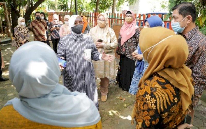 PENINJAUAN. Ketua TP PKK Kota Makassar yang juga selaku Bunda PAUD Kota Makassar, Indira Jusuf Ismail, melakukan peninjauan gedung eks UPTD Dinas Pendidikan Kota Makassar, Jumat (4/6/2021). foto: humas pemkot makassar