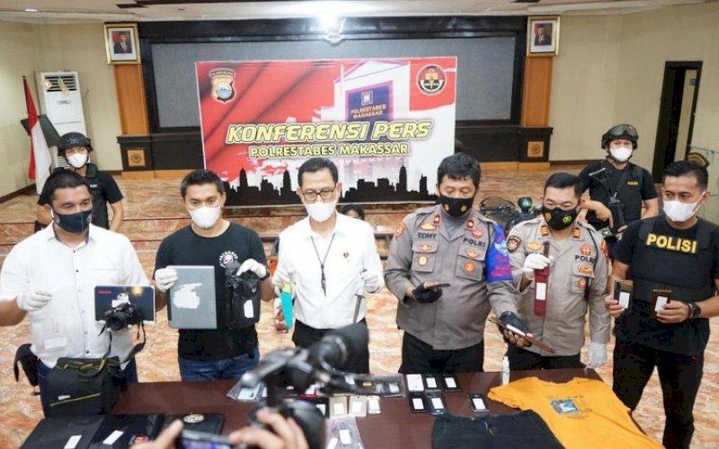 BERI KETERANGAN. Polisi memberikan keterangan saat menggelar konferensi pers kasus pemerkosaan dan perampokan di Mapolrestabes Makassar, Senin (7/6/2021). foto: istimewa