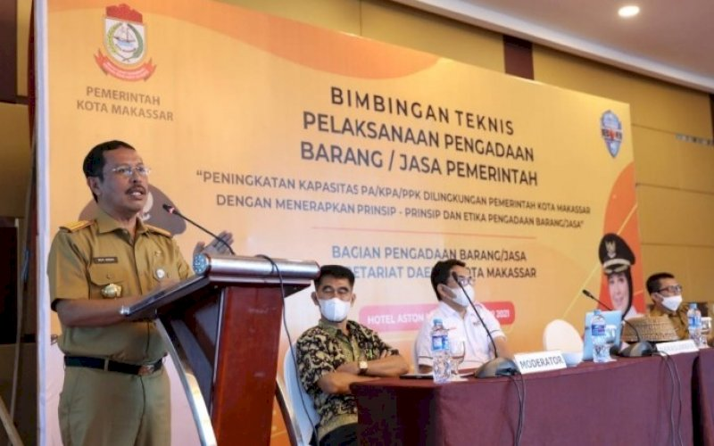 BERI ARAHAN. Sekda Kota Makassar, Muh Ansar, memberi arahan pada Bimbingan Teknis Pelaksanaan Pengadaan Barang/Jasa Pemerintah lingkup Pemkot Makassar di Hotel Aston Makassar, Selasa (8/6/2021). foto: humas pemkot makassar