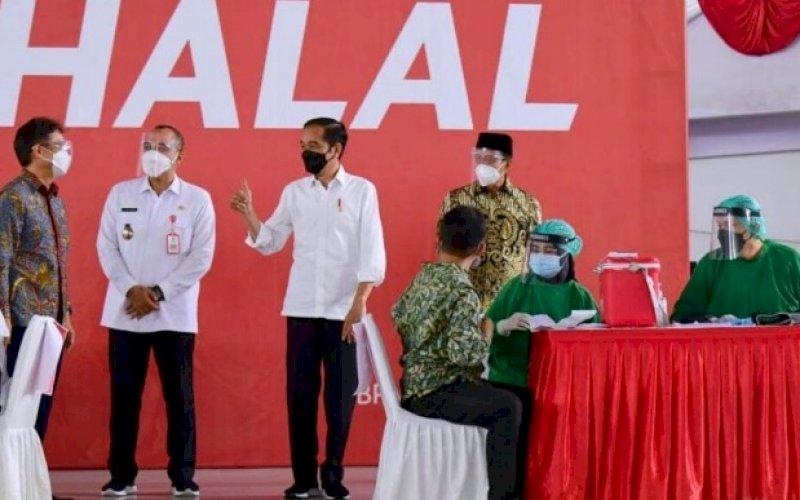PENINJAUAN. Presiden Joko Widodo saat meninjau pelaksanaan vaksinasi massal di Indoor Stadium, Sport Center Kelapa Dua, Kabupaten Tangerang, Banten, Rabu (9/6/2021). foto: bpmi setpres