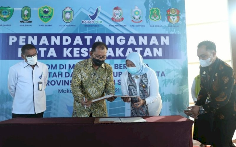 MOU. Wali Kota Makassar, Moh Ramadan Pomanto, melakukan MoU dengan BBPOM Makassar di Roof Top Aston Makassar, Kamis (10/6/2021). foto: humas pemkot makassar