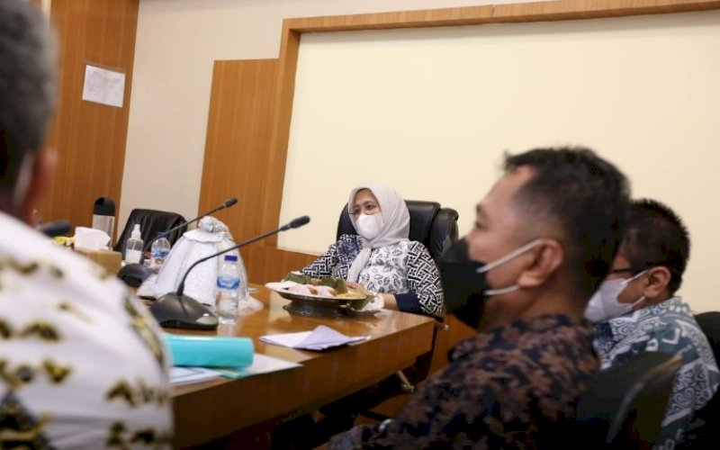 PIMPIN RAPAT. Wakil Wali Kota, Fatmawati Rusdi, memimpin rapat beserta SKPD membahas langkah Pemkot Makassar menindaklanjuti penyelesaian hasil temuan LHP Kota Makassar oleh BPK RI di Ruang Rapat Lantai 11 Menara Balai Kota Makassar, Kamis (10/6/2021). foto: humas pemkot makassar