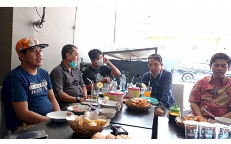 PERTEMUAN. Ketua DPW ASNI Makassar Hasrul As (kiri) bersama anggotanya bertemu dengan Direktur Operasional PD Pasar Kota Makassar Saharuddin Ridwan (kanan) di salah satu Warkop di Jl Topaz, Kota Makassar, Kamis (10/6/2021). foto: humas pd pasar makassar