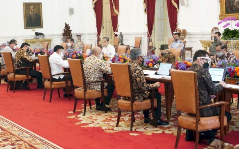 PIMPIN RAPAT. Presiden Joko Widodo memimpin rapat terbatas mengenai Hilirisasi Ekonomi Digital di Istana Merdeka, Jakarta, Kamis (10/6/2021) sore. foto: humas setkab