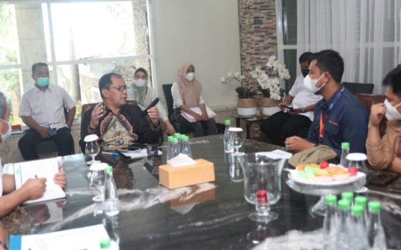 BAHASA SAMPAH. Wali Kota Makassar Moh Ramdhan Pomanto menerima kunjungan DPD APSI Sulawesi di kediaman pribadinya, Rabu (16/6/2021). foto: humas pemkot makassar