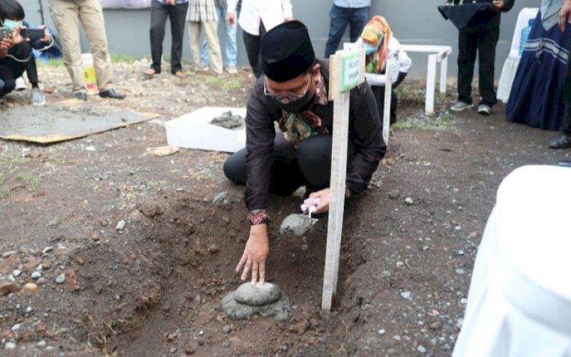 PELETAKAN BATU. Wali Kota Makassar, Moh Ramdhan Pomanto, melakukan peletakan batu pertama pembangunan Masjid Nisnawanty di Kompleks Perumahan D'Onyx Antang, Manggala, Makassar, Rabu (16/6/2021). foto: humas pemkot makasssar