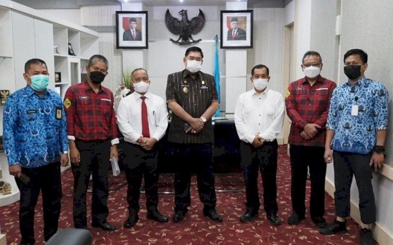 AUDIENSI. Panitia JPS SLIM saat menemui Sekda Provinsi Sulsel, Abdul Hayat Gani, Kamis (17/6/2021). foto: humas pemprov sulsel