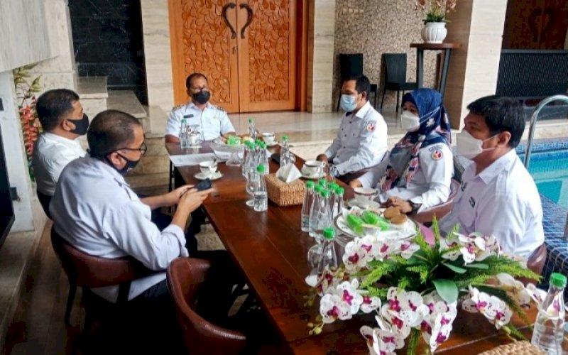 PERTEMUAN. Wali Kota Makassar, Moh Ramdhan Pomanto, menerima kunjungan Bawaslu Kota Makassar di kediaman pribadinya, Jl Amirullah, Kota Makassar, Rabu (30/6/2021). foto: humas pemkot makassar