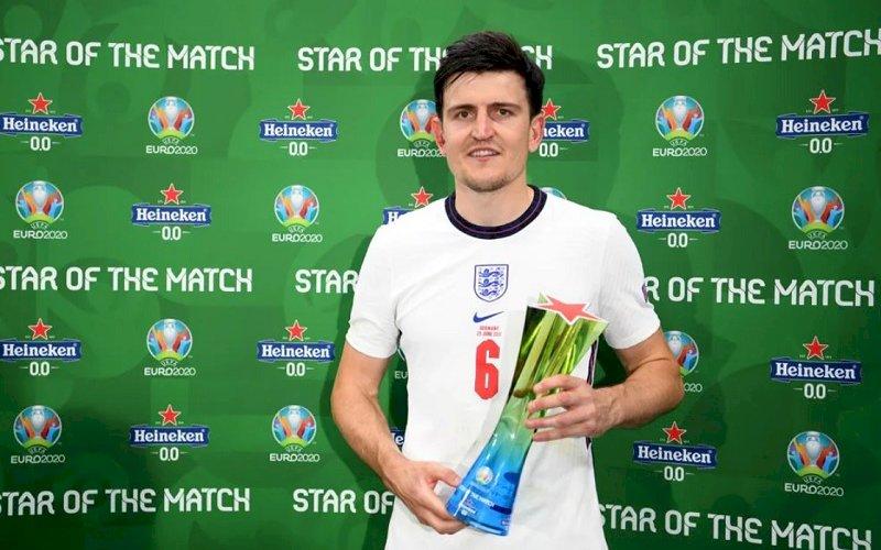 Harry Maguire mendapat trofi Man of The Match. foto: uefa