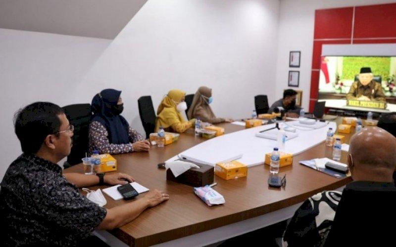 RAKORNAS. Sekda Kota Makassar Muh Ansar mengikuti Rakornas Kepegawaian 2021 yang dihadiri secara virtual pula Wakil Presiden Ma'ruf Amin di War Room lantai 10 Kantor Balai Kota Makassar, Kamis (1/7/2021). foto: humas pemkot makassar