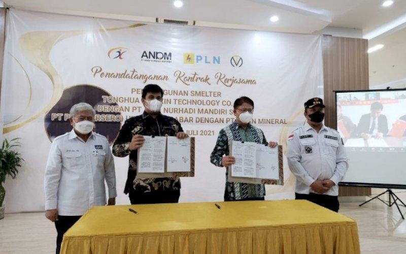 KERJA SAMA. Direktur Utama Tiran Group, Dr HM Sattar Taba SE MIP (kiri) menghadiri penandatanganan kerja sama jual beli listrik Tiran Group dengan PLN dan kontrak pembangunan smelter nikel di AAS Building, Makassar, Jumat (2/7/2021). foto: istimewa