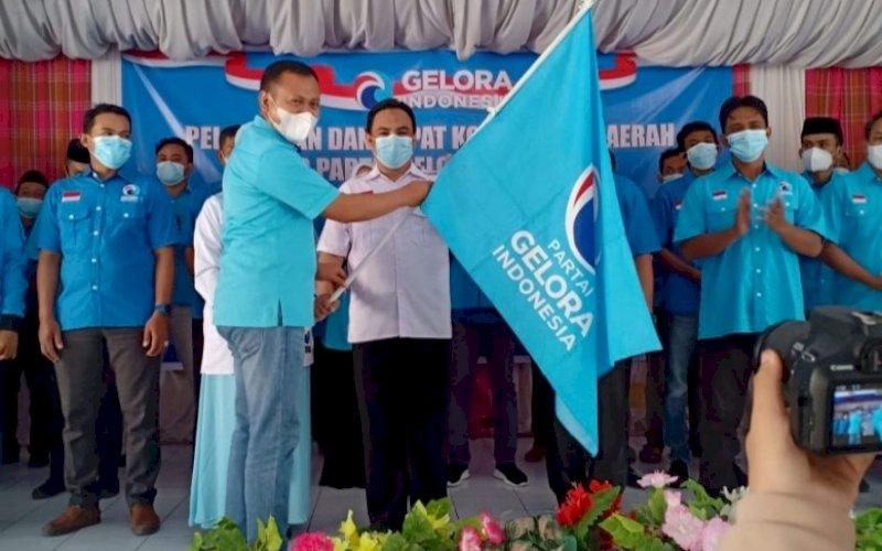 PELANTIKAN. Ketua DPW Partai Gelora Sulsel Syamsari Kitta yang juga sebagai Bupati Takalar melantik pengurus DPD Partai Gelora Kabupaten Bulukumba, Minggu (4/7/2021). foto: istimewa