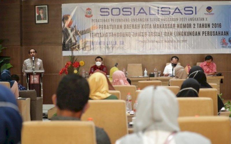 SOSIALISASI PERDA. Ketua DPRD Kota Makassar, Rudianto Lallo, melakukan sosialisasi Perda Kota Makassar Nomor 2 tahun 2016 tentang Tanggung Jawab Sosial dan Lingkungan Perusahaan di Hotel D'Maleo Makassar, Minggu (4/7/2020). foto: istimewa