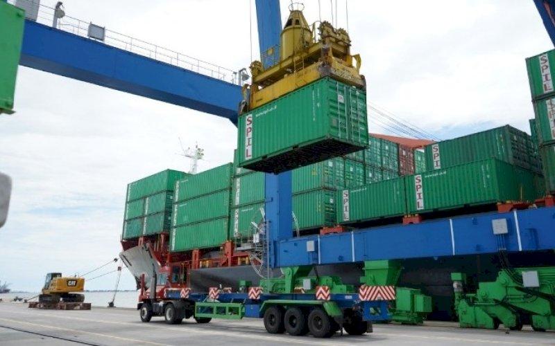 KINERJA PELABUHAN. Aktivitas di Pelabuhan Makassar. PT Pelindo IV (Persero) mencatat secara total realisasi laba setelah pajak pada triwulan I-2021 sebesar Rp97,95 miliar atau meningkat 12,62 persen dibandingkan dengan realisasi pada periode yang sama tahun lalu. foto: istimewa