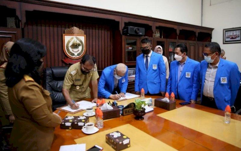 MOU. Pemkot Makassar bersama Universitas Fajar melakukan penandatanganan Memorandum of Understanding (MoU) di Ruang Kerja Wali Kota, Kantor Balai Kota Makassar, Senin (5/7/2021). foto: istimewa