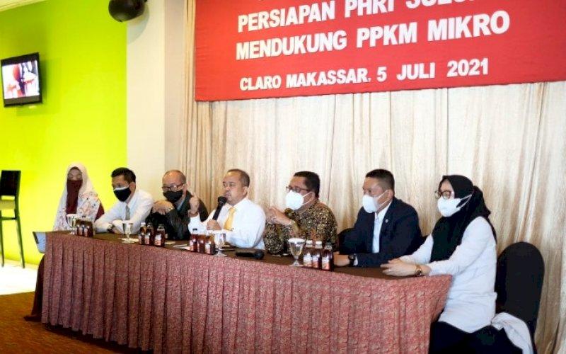 BERI KETERANGAN. Ketua BPD PHRI Sulsel, Anggiat Sinaga (tengah), memberikan keterangan resmi mendukung PPKM Mikro di Executive Lounge Claro Makassar, Senin (5/7/2020). foto: istimewa