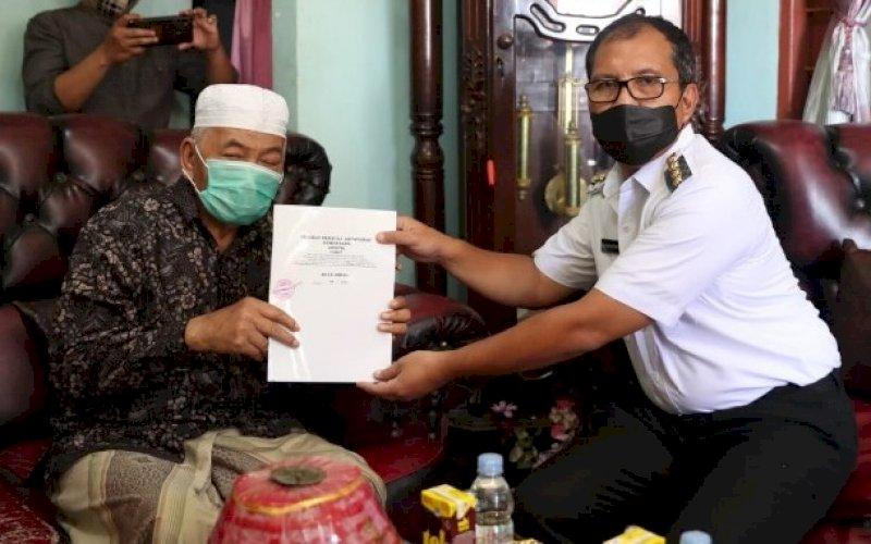 PENYERAHAN. Wali Kota Makassar Moh Ramdhan Pomanto menerima tanah hibah secara simbolis dari H Idris di kediaman pribadi H Idris di Maccopa, Maros, Rabu (7/7/2021). foto: istimewa