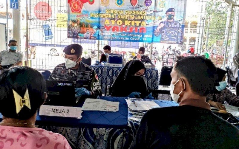 VAKSINASI GRATIS. PT Pelindo IV (Persero) Cabang Makassar bekerja sama dengan Lantamal VI Makassar menggelar vaksinasi gratis dengan menyasar warga kawasan Pelabuhan Makassar untuk mendukung program pemerintah mengatasi pandemi Covid-19, Rabu (7/7/2021). foto: istimewa