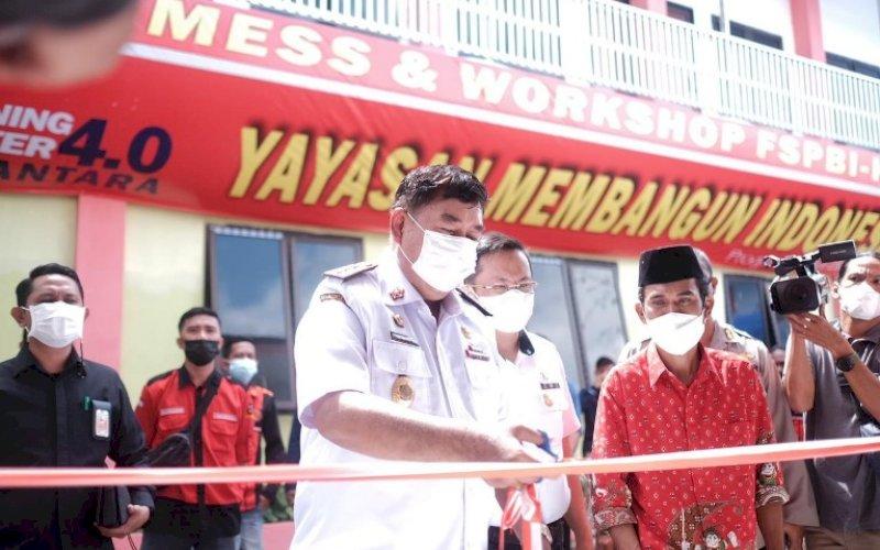 PERESMIAN. Sekda Provinsi Sulsel, Abdul Hayat Gani, meresmikan gedung BLK Komunitas FSPBI-KSN di Kabupaten Maros, Rabu (7/7/2021). foto: istimewa