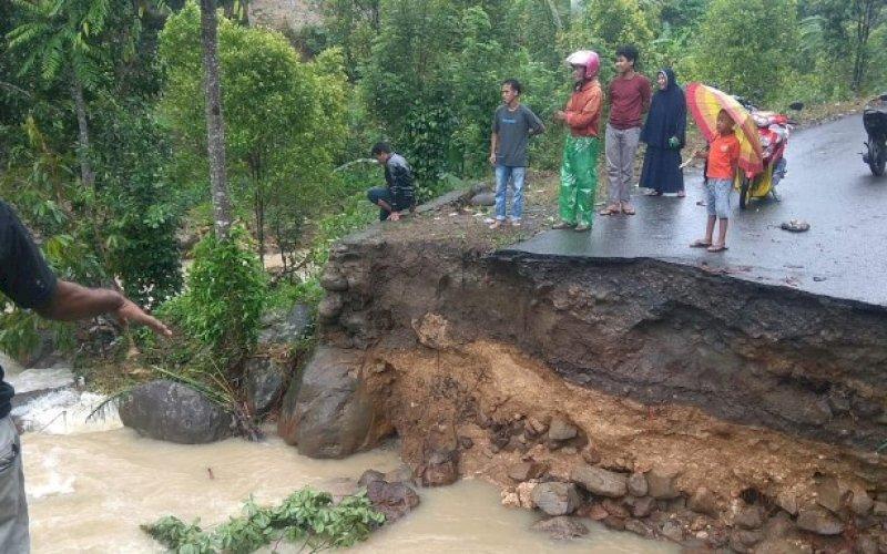 DAMPAK BANJIR. Tim Reaksi Cepat BPBD Kabupaten Bulukumba melakukan peninjauan lokasi jembatan putus di Desa Tammaona, Kecamatan Sindang, Kabupaten Bulukumba, Sulsel, Kamis (8/7/2021). foto: istimewa