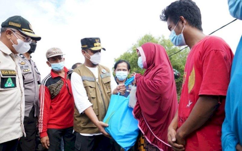 BANTUAN. Plt Gubernur Sulsel, Andi Sudirman Sulaiman, menyerahkan bantuan untuk korban terdampak banjir bandang di Kabupaten Jeneponto, Jumat (9/7/2021). foto: istimewa