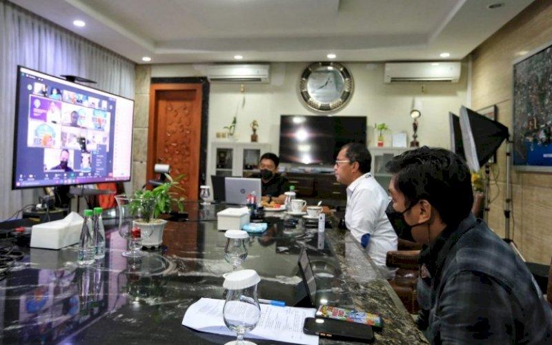 PERSIAPAN. Wali Kota Makassar, Moh Ramdhan Pomanto, memantau secara virtual persiapan Satgas Detektor di kediaman pribadinya, Jumat (9/7/2021). foto: istimewa
