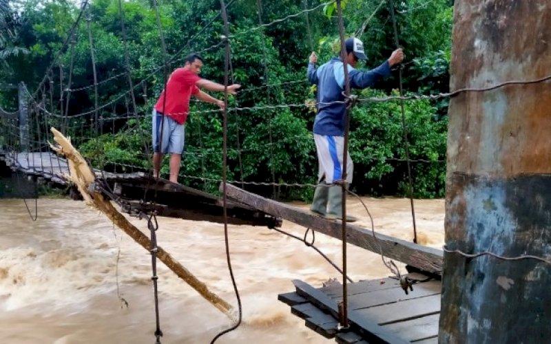 DAMPAK BANJIR. Kondisi jembatan rusak akibat banjir yang terjadi di Kabupaten Bulukumba, Provinsi Sulael, seperti terekam, Jumat (9/7/2021) pagi. foto: istimewa