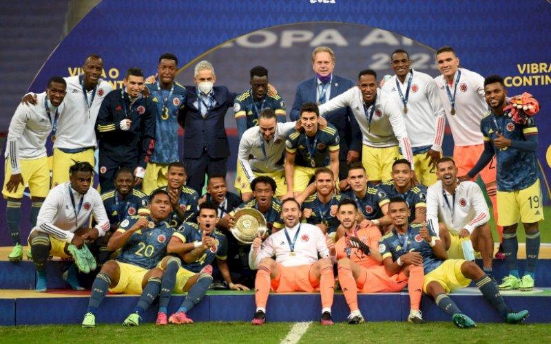 PESTA. Pemain Kolombia melakukan selebrasi sebagai juara ketiga Copa America 2021 usai menaklukkan Peru3-2 di Estadio Nacional de Brasilia, Sabtu (10/7/2021) pagi WITA. foto: istimewa