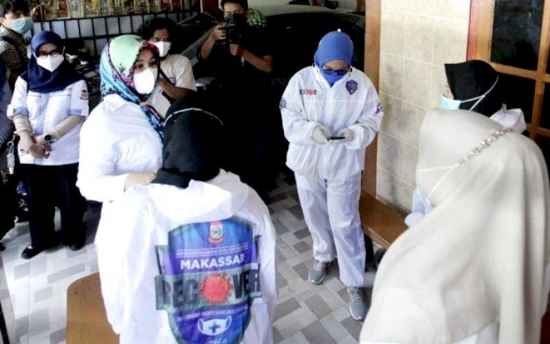 PENINJAUAN. Wakil Wali Kota Makassar, Fatmawati Rusdi, meninjau secara langsung kegiatan Satgas Detektor, Sabtu (10/7/2021). foto: istimewa