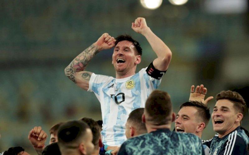 JUARA. Lionel Messi diangkat rekan-rekanya usai memastikan Argentina juara Copa America 2021 usai mengalahkan Brasil 1-0 pada final di Maracana, Minggu (11/7/2021) pagi WITA. foto: istimewa