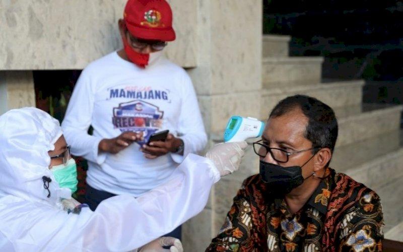 PEMERIKSAAN. Tim Detektor memeriksa kesehatan Wali Kota Makassar, Moh Ramdhan Pomanto, Sabtu (10/7/2021). foto: istimewa