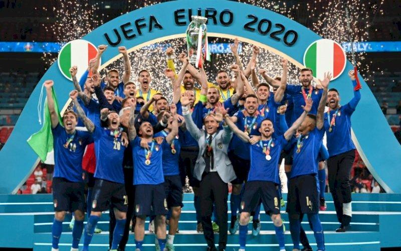 JUARA. Italia berhasil meraih gelarPiala Eropa 2020 usai mengalahkan Inggris lewat adu penalti dengan skor 3-2 pada final Piala Eropa 2020 di Wembley, Senin (12/7/2021) dini hari WITA. foto: istimewa