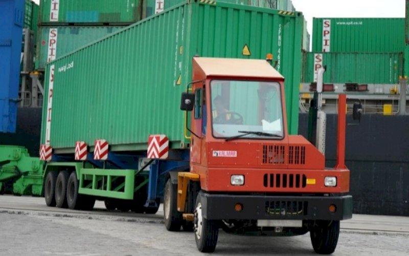 PETI KEMAS. Aktivitas peti kemas di Pelabuhan Makassar. PT Pelindo IV mencatat arus kunjungan kapal naik 7,23 persen. foto: istimewa