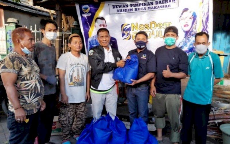 NASDEM PEDULI. Partai Nadem melalui gerakan 'Nasdem Peduli' membantu korban kebakaran di Jl Langgau, Kecamatan Bontoala, Kota Makassar. foto: istimewa