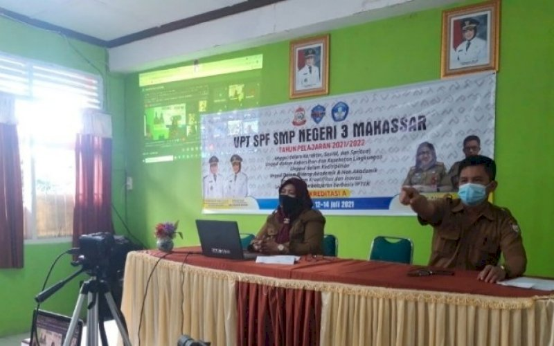 MPLS. Kepala SMPN 3 Makassar, Kaswadi, memimpin MPLS secara virtual, Selasa (13/7/2021). foto: istimewa