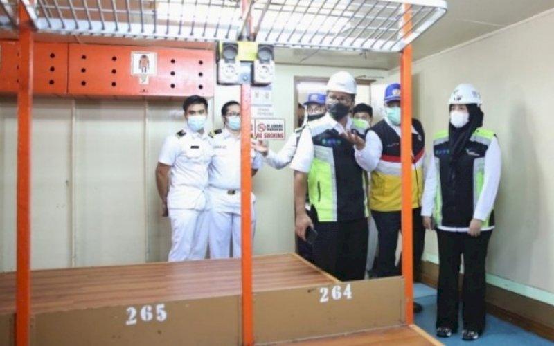 PENINJAUAN. Wali Kota Makassar Moh Ramdhan Pomanto bersama Wakil Wali Kota Makassar Fatmawati Rusdi (Danny-Fatma) meninjau kesiapan kapal penumpang Pelni yang akan digunakan sebagai tempat isolasi apung bagi pasien Covid-19, Rabu (14/7/2021). foto: istimewa