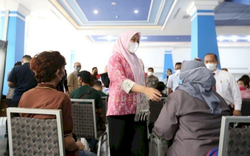 PEMANTAUAN. Wakil Wali Kota Makassar Fatmawati Rusdi didampingi Ketua PHRI Sulsel Anggiat Sinaga memantau jalannya wisata vaksin gratis di Mal Pipo Makassar, Kamis (15/7/2021). foto: istimewa