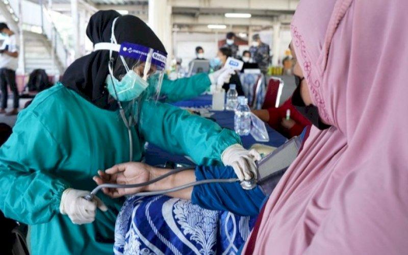 VAKSINASI. PT Pelindo IV (Persero) bekerja sama dengan KKP menggelar vaksinasi gratis kepada keluarga karyawan, vendor, dan asosiasi di Pelabuhan Makassar (INSA dan ALFI/ILFA) di Lantai 1 Terminal Penumpang Anging Mammiri Pelabuhan Makasar, Kamis (15/7/2021). foto: istimewa